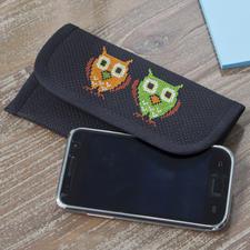 """Smartphone-Etui """"Lustige Eulen"""" Ausgefallenes Smartphone-Etui – schnell und einfach bestickt."""