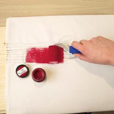 2. Nun mit dem Farbroller reichlich Farbe auf den Stoff rollen, dabei die Farbe so auftragen oder verteilen, wie es Ihnen am besten gefällt. Lassen Sie die Farbe anschließend durchtrocknen.