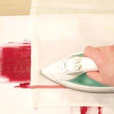 3. Fixieren Sie die Stoffmalfarbe nach dem Trocknen durch intensives Bügeln mit einem Backpapier (5 Min. Baumwolleinstellung).