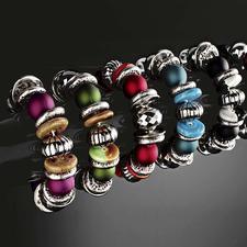 Armbandset, von links nach rechts: Lila, Grün, Rot, Blau, Schwarz