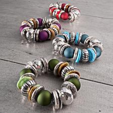 Armbänder von oben nach unten: Rot, Lila, Blau, Grün