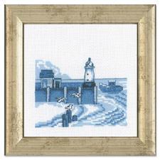 """Miniatur-Stickbild """"Leuchtturm"""" Stickereien in Blau-Weiß – luftig frisch und dennoch zeitlos klassisch."""