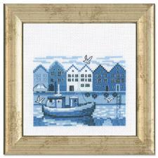 """Miniatur-Stickbild """"Hafen"""" Stickereien in Blau-Weiß – luftig frisch und dennoch zeitlos klassisch."""